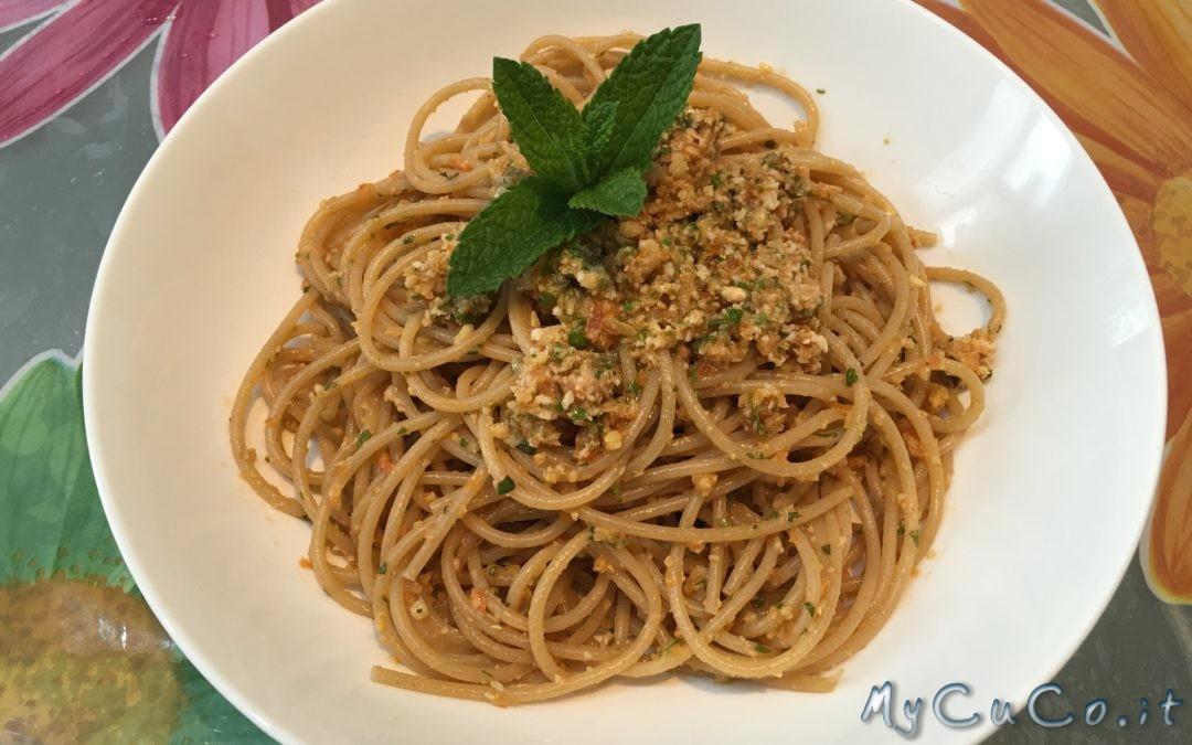 Cottura della pasta in modo tradizionale, spaghetti integrali al pesto svuotafrigo