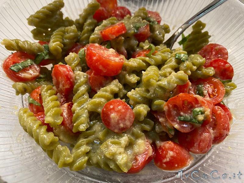 Pasta proteica con pesto di mandorle e olive, pomodorini e basilico - MyCuCo.it